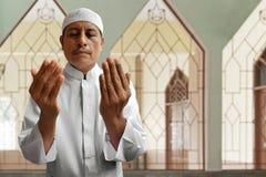 Le vieil homme musulman prient dans la mosquée Image libre de droits