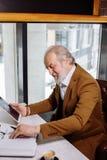 Le vieil homme participe aux vieillards de cours d'instrument Photographie stock libre de droits