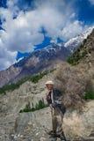 Le vieil homme portent des lightwoods, Pakistan Photographie stock libre de droits