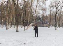 Le vieil homme pour piloter des cerfs-volants pendant l'hiver Photographie stock libre de droits