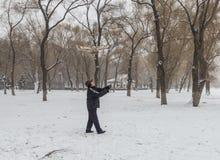Le vieil homme pour piloter des cerfs-volants pendant l'hiver Photo libre de droits