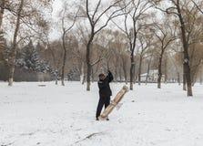 Le vieil homme pour piloter des cerfs-volants pendant l'hiver Images stock