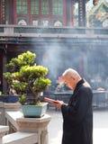Le vieil homme priait dans le temple Photos stock