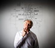 Le vieil homme recherche un itinéraire sur la carte de ville Photos stock