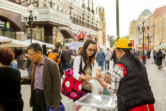 Le vieil mère-enfant de voyage d'Arbat Moscou achète la crème glacée dans un bon Images libres de droits