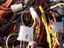 Le vieil ordinateur partie, des câbles se ferment vers le haut de la scène 7 Image stock