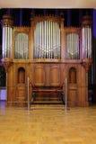 Le vieil organe de pipe en bois massive avec le métal siffle photo libre de droits