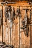 Le vieil outil de travail sur le fond des panneaux en bois, les outils de l'artisan accrochent sur des clous Photo libre de droits