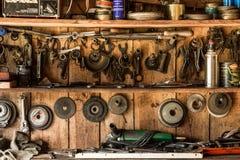 Le vieil outil de travail sur le fond des panneaux en bois, les outils de l'artisan accrochent sur des clous Photographie stock libre de droits