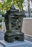 Le vieille ciment de jardin de style ou pierre fasioned ont fait la lampe ou latern image stock