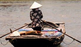 Le Vietnam, Hoi : femme allant au marché photos stock