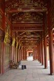Le Vietnam - Hue - rouge et couloir d'or chez le Cité interdite pourpre impérial photographie stock libre de droits