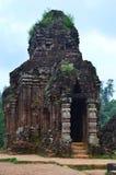 Le Vietnam - mon fils - B5 - temples de Cham de pièce de dépôt dans la brume de début de la matinée photos stock