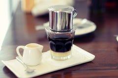 Le Vietnamien d'égouttement de café Photographie stock