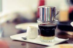 Le Vietnamien d'égouttement de café Photos stock