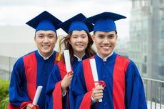 Le Vietnamien fier reçoit un diplôme avec des diplômes Photographie stock libre de droits