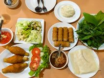 Le Vietnamien a grillé la saucisse de proc ou a grillé l'ensemble de boulette de viande images libres de droits