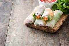Le Vietnamien roule avec des légumes, des nouilles de riz et des crevettes roses photographie stock libre de droits