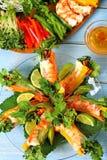 Le Vietnamien roule avec la crevette rose et les légumes avec des ingrédients verticaux Photographie stock libre de droits