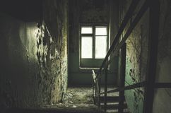 Le vieux bâtiment abandonné abandonné et a laissé à la putréfaction avec l'escalier Image libre de droits