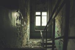 Le vieux bâtiment abandonné abandonné et a laissé à la putréfaction avec l'escalier Photo stock