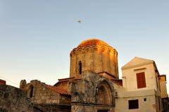 Le vieux bâtiment, allumé par le coucher de soleil, Rhodes Image stock