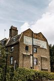 Le vieux bâtiment avec le fantôme signent dedans Londres, Angleterre photo stock