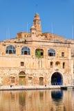 Le vieux bâtiment de dock au bord de mer de Bormla (Cospicua) malte Image stock