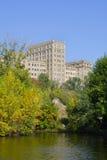 Le vieux bâtiment est dans la ville d'automne Images libres de droits