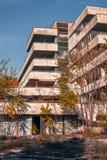 Le vieux bâtiment est parti dans la dégradation avec les fenêtres cassées photos stock