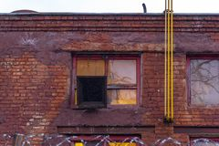 Le vieux bâtiment est rouge foncé image libre de droits