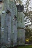 Le vieux bâtiment monastique annexé à l'hôtel de ville de Bangor en Irlande du Nord photo libre de droits