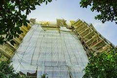 Le vieux bâtiment sur la reconstruction avec l'échafaudage photographie stock