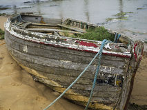 Le vieux bateau à rames abandonné assouvissent Photos stock