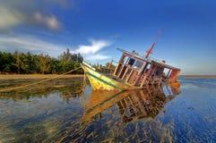 Le vieux bateau abandonné de pêcheur seul est parti sur le bord de la mer Image libre de droits