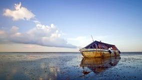 Le vieux bateau abandonné seul est parti sur le bord de la mer Image libre de droits