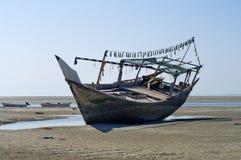 Le vieux bateau dans sec vers le haut de la mer Photos stock