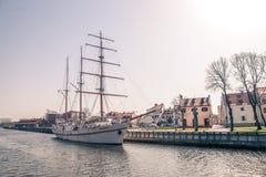 Le vieux bateau de navigation est amarré dans la ville de Klaipeda Image libre de droits