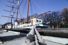 Le vieux bateau de navigation est amarré dans la ville de Klaipeda Lithuanie Photographie stock libre de droits