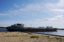 Le vieux bateau de péniche est ancré à un chantier naval abandonné, dans le port images libres de droits