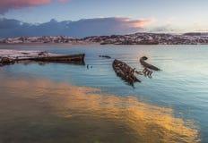 Le vieux bateau en bois détruit sur voient photo libre de droits