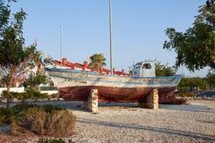 Le vieux bateau est un monument Marée inférieure et bateau motorisé en bois L'Espagne, Valence, EL Raso Photographie stock libre de droits