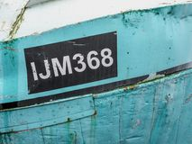 Le vieux bateau IJM368 s'est accouplé dans le port d'Urk photographie stock libre de droits