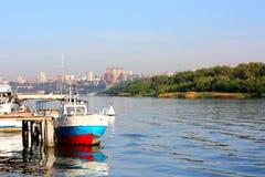 Le vieux bateau par un pilier Photographie stock libre de droits