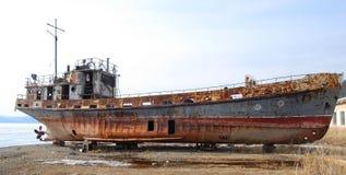 Le vieux bateau rouillé abandonné Photographie stock libre de droits