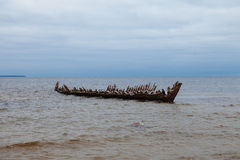 Le vieux bateau ruiné en mer baltique Photo libre de droits
