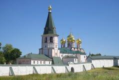 Le vieux beffroi et dôme de la cathédrale de l'icône de la mère de Dieu d'Iver Svyatoozerskaya Iveron Theotokos le lundi Photographie stock libre de droits
