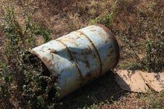Le vieux bidon à pétrole/baril a laissé endommagé au sol Image stock