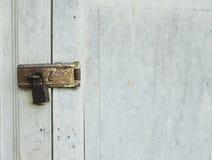 Le vieux blocage de trappe avec la clé machine. images stock