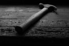 Le vieux bois a manipulé le marteau, a laissé Images stock